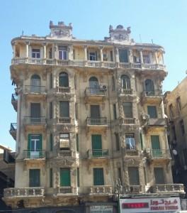 صورة لمبنى قديم في القاهرة قريب من ميدان طلعت حرب