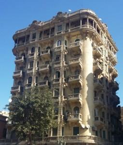 صورة جانبية لمبنى قديم في القاهرة بالقرب من ميدان طلعت حرب