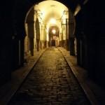 لقطة ليلية لزاوية من البلدة القديمة في تونس العاصمة