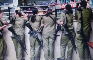 مجندات يهوديات يقفن على نافذة أحد الكفتريات في جسر اليهود