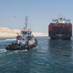 سفينة وجرار في قناة السويس