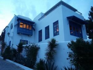 مبنى في سيدي بو سعيد يظهر العمران واللون الأبيض والأزرق النيلي