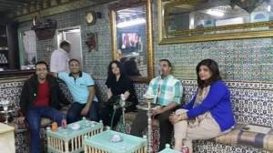 مقهى الراشدية ويظر من اليمين خولة، أنا، فاطمة، حيدر، محمود المفتش من مصر